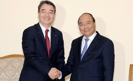 Prime Minister Nguyen Xuan Phuc (R) and General Director of Doosan Vina Park Hoong Ook