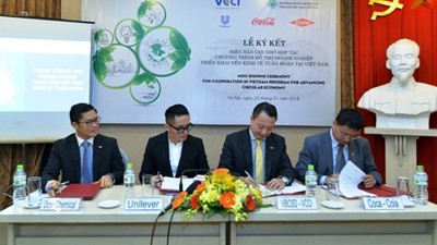 The signing ceremony between the VBCSD and three foreign-invested companies