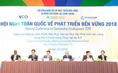 PM Nguyen Xuan Phuc (fourth from left) attends the National Conference on Sustainable Development, Ha Noi, July 7, 2018. Photo: VGP
